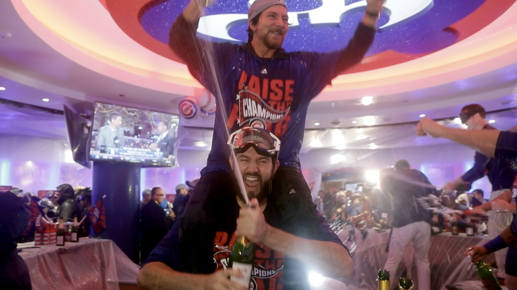 ct-pearl-jams-eddie-vedder-celebrates-cubs-video-20161023